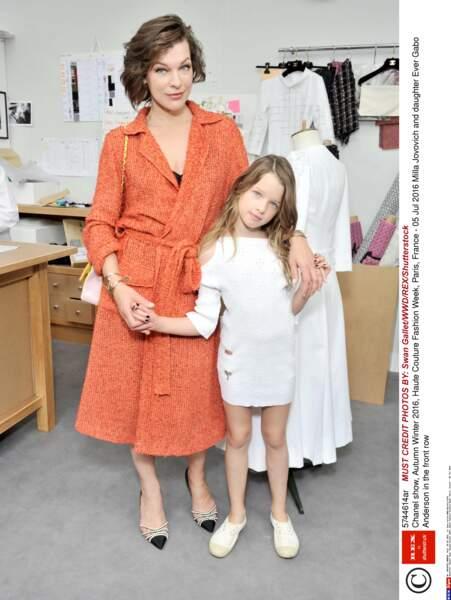 Défilé Chanel Haute Couture : Milla Jovovich et sa petite Ever de 9 ans