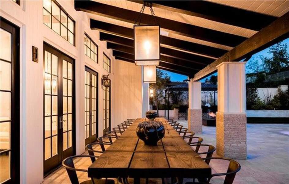 Visitez la superbe villa que Kylie Jenner met en vente : la cour extérieure