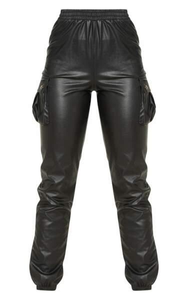 Pantalon droit à poches en similicuir noir, PrettyLittleThing, 35€