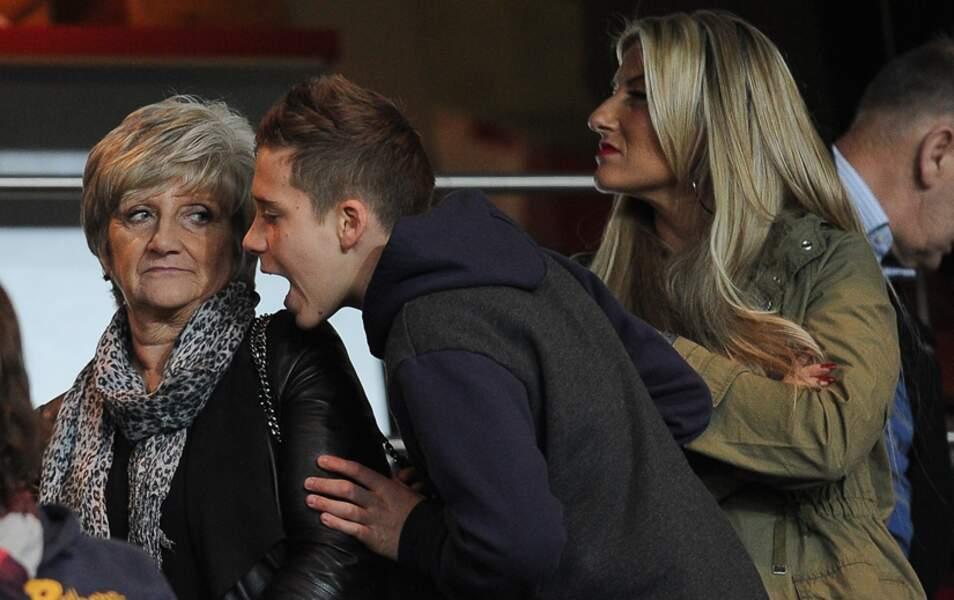 Brooklyn Beckham avec sa grand-mère Sandra et Joanne