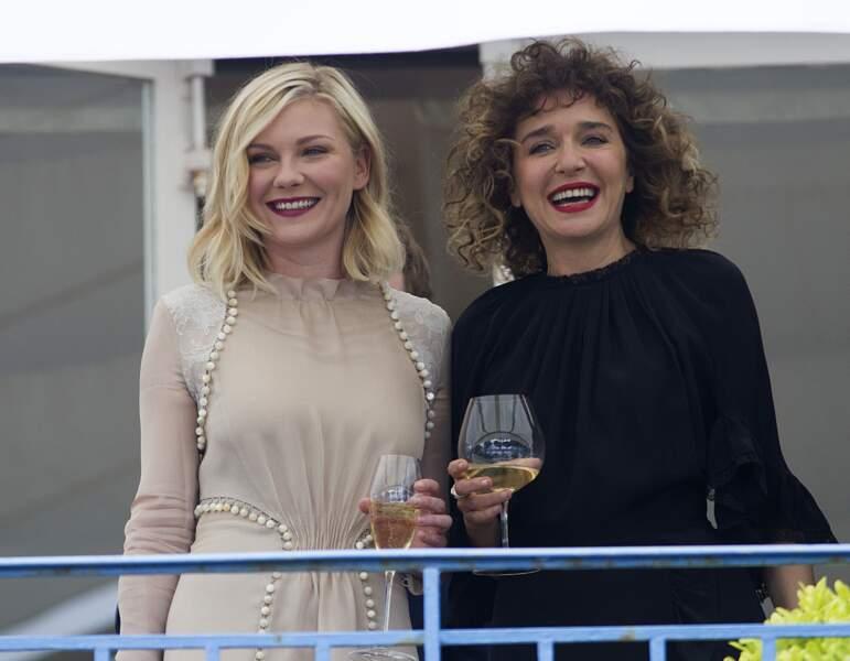 Cannes 2016: Kirsten Dunst et Valeria Golino ont trinqué à l'ouverture du 69ème festival.