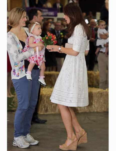 Elle reçoit un bouquet de la part d'une petite fille
