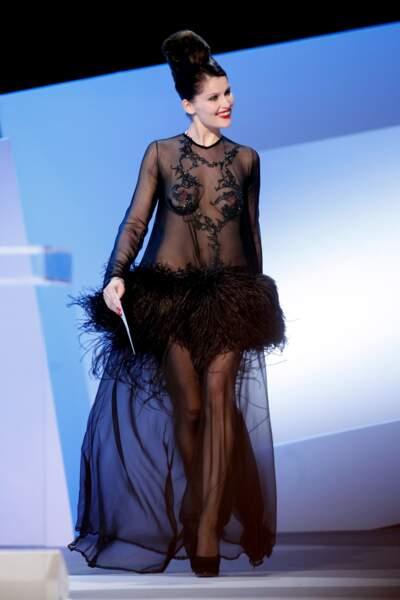 À voir la robe (Yves Saint Laurent) de Laetitia Casta en 2010, on ne sait plus à quel sein se vouer.