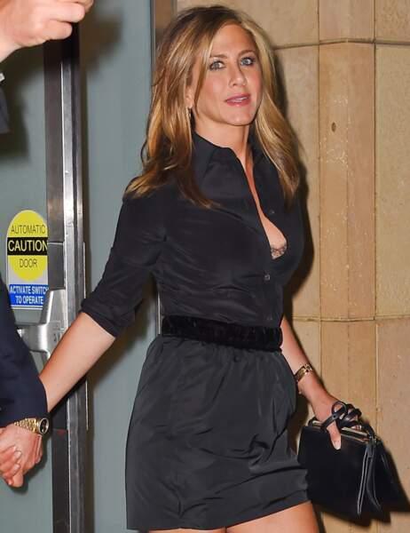 L'actrice portait une petite robe noire qui mettait en valeur sa poitrine et ses jambes canons