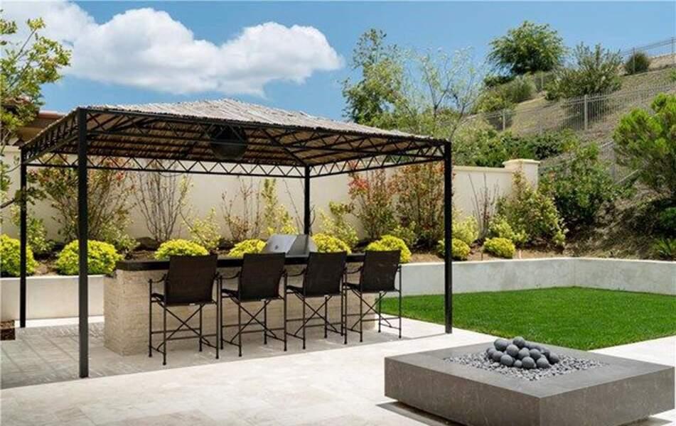 Visitez la superbe villa que Kylie Jenner met en vente : l'espace barbecue