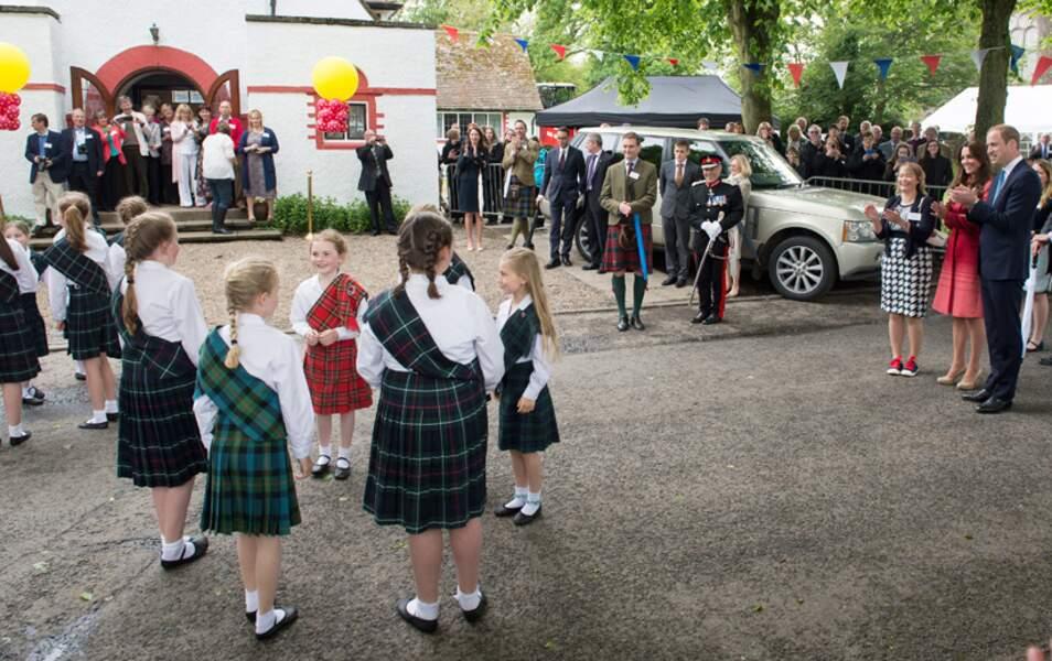Des petits Ecossais dansent devant Kate et William