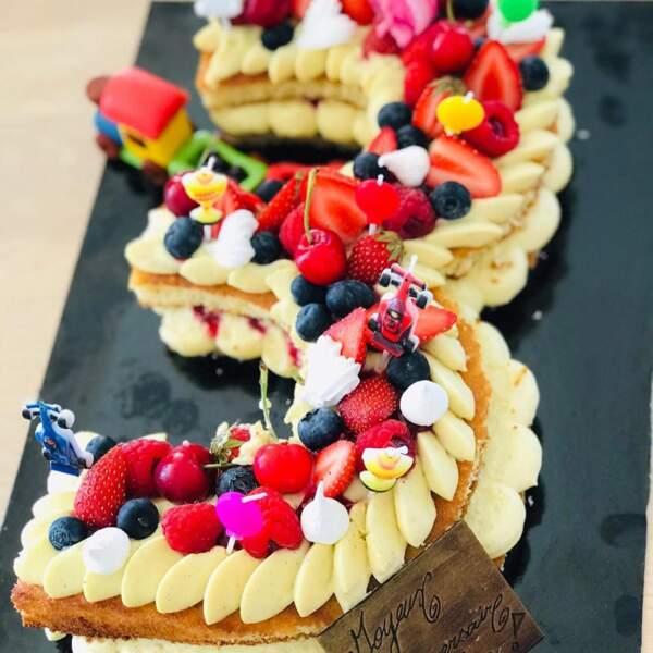 Un gâteau parfait pour le troisième anniversaire du petit garçon