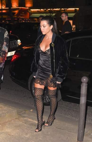 Kourtney Kardashian élégante en diable en nuisette et cuissardes (une obsession de famille apparemment)