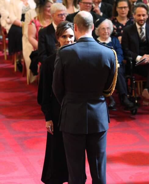 Victoria Beckham face au prince William pour recevoir sa médaille