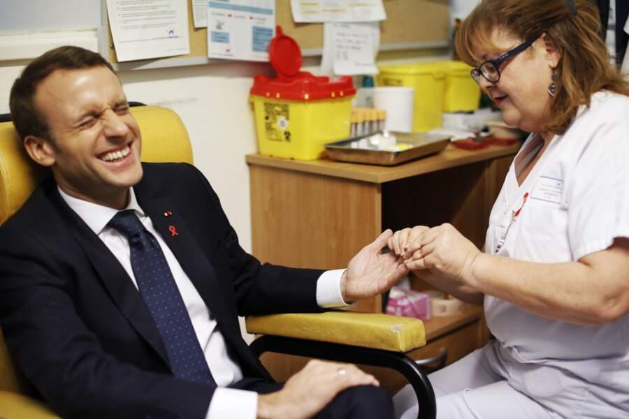 Emmanuel Macron se fait dépister dans un hôpital pour la journée mondiale de lutte contre le sida