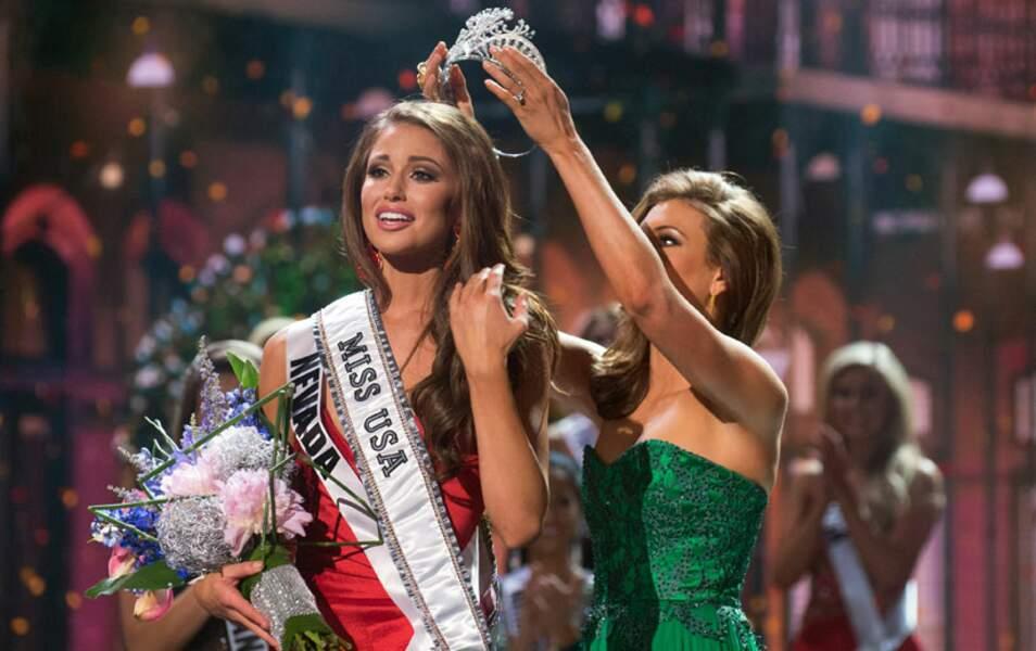 Erin Brady, la Miss USA 2013, lui remet sa couronne
