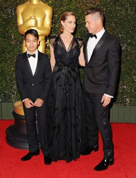 Première sortie aux Oscars 2013 pour Maddox entouré de maman et papa