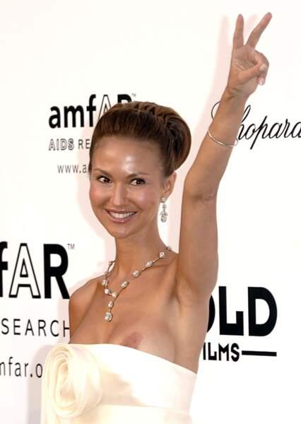 Festival de Cannes, les accidents de tenue les plus sexy - Svetlana Metkina lève le bras = son sein s'en va