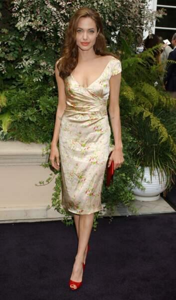 Angelina Jolie en 2004 dans une robe à fleurs (?!)