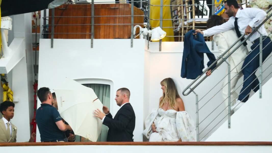 Le staff du yacht tentant de cacher Heidi Klum  (© PixSell / Bestimage)