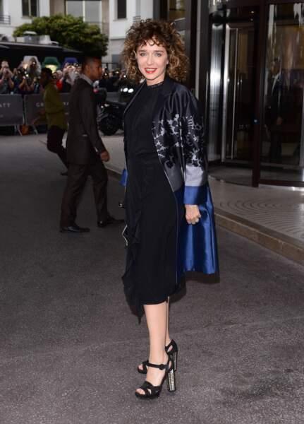 Cannes 2016: l'actrice italienne Valeria Golino en robe noire et manteau à motifs.