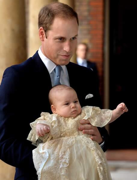 Il était adorable dans sa robe, que ce soit dans les bras de son père…