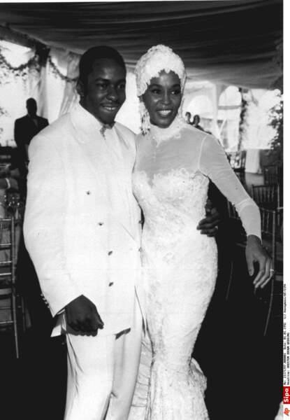 Robes de mariée de stars : Whitney Houston en 1992 avec Bobby Brown. Sympa le petit bonnet !