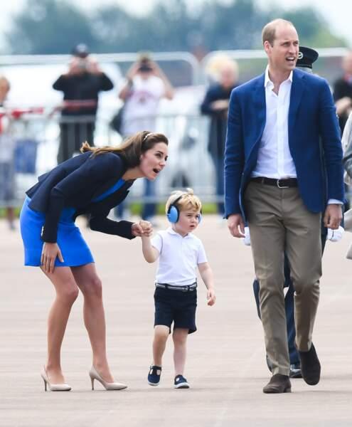 Aujourd'hui, Kate et William ont emmené le prince George à une visite officielle de la Royal Air Force.