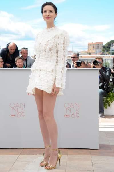 Cannes 2016: Caitriona Balfe portait une robe Vuitton très courte au photocall de Money Monster