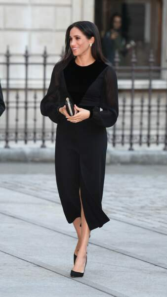 Meghan Markle est rayonnante en robe noire Givenchy.