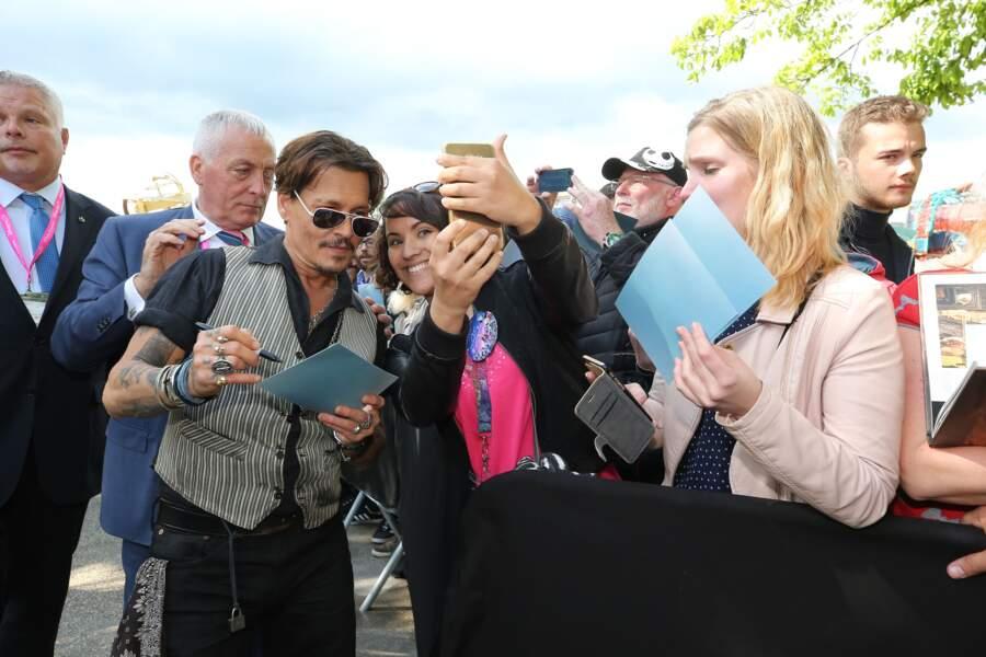 Johnny Depp et l'équipe de Pirates des Caraïbes 5 débarquent par surprise à Disneyland Paris