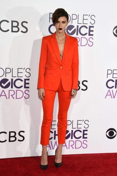 People's Choice Awards 2017 : Ruby Rose en tailleur pantalon Veronica Beard. Avec son rouge foncé, on adore !