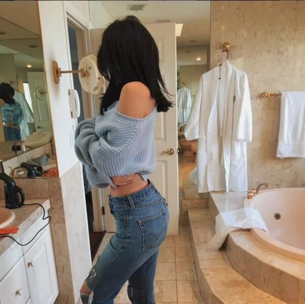 Kylie Jenner sexy de côté