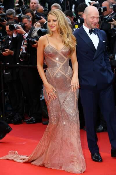 Cannes 2016: Blake Lively en Versace pour la montée des marches de Café Society, dans lequel elle joue