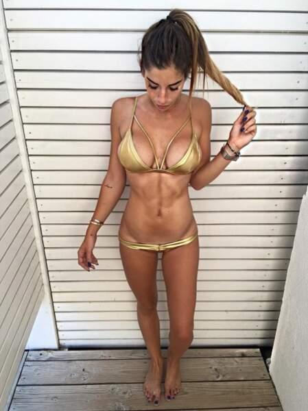 Liam (Secret Story 10) en mini bikini doré