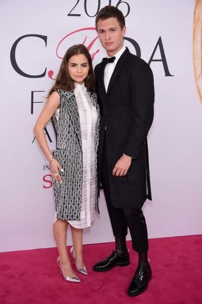 CFDA Fashion Awards : Ansel Elgort un peu short niveau pantalon et une amie