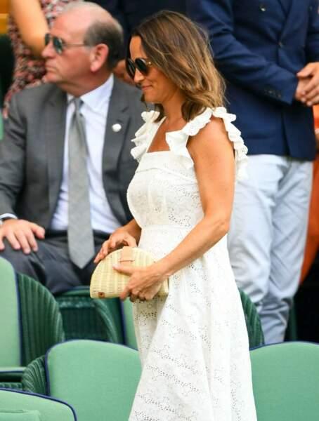 Pippa Middleton, enceinte et souriante, dévoile son baby bump à Wimbledon