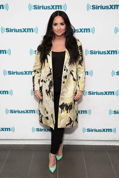 Do : Demi Lovato très chic dans un total look noir et un manteau à motif