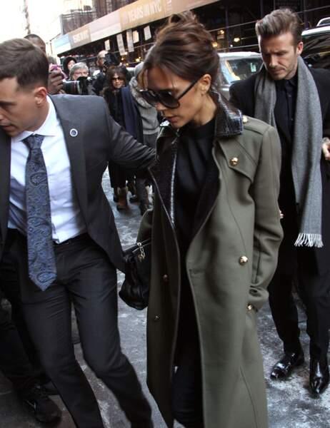 Victoria toujours très élégante dans un manteau vert olive