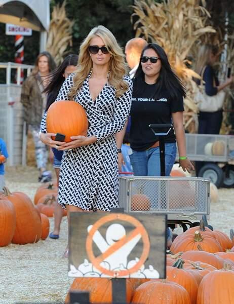Une pointe d'orange pour agrémenter son look du jour, Paris Hilton a toujours du goût