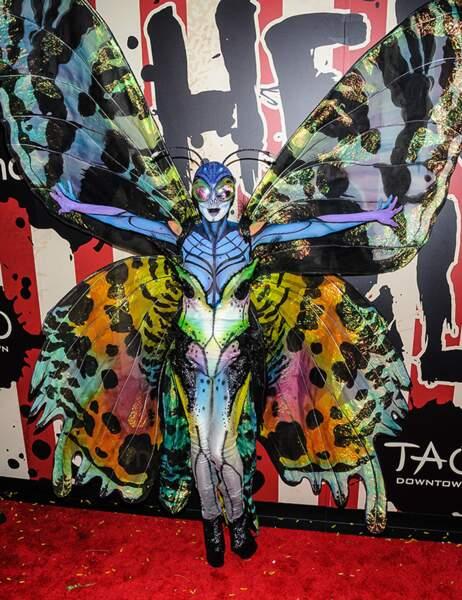 Heidi Klum déguisée en libellule psychédélique