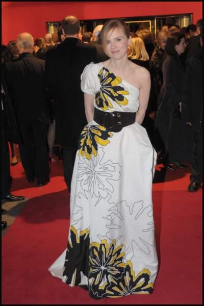 Même jour, même heure (même port) : Isabelle Carré n'a pas le temps de finir de colorier sa robe