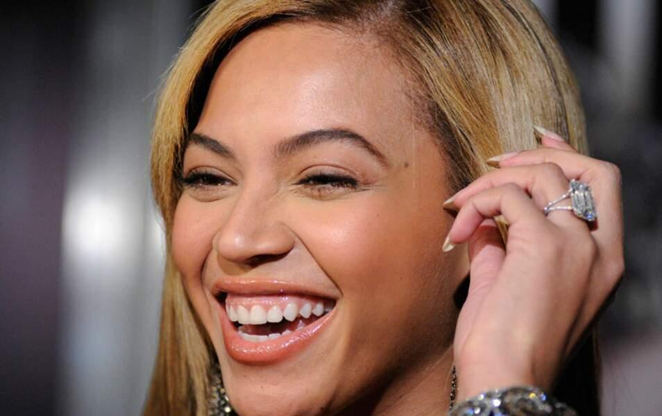 et sa bague signée Lorraine Schwartz offerte par Jay-Z. Estimation : CINQ MILLIONS DE DOLLARS