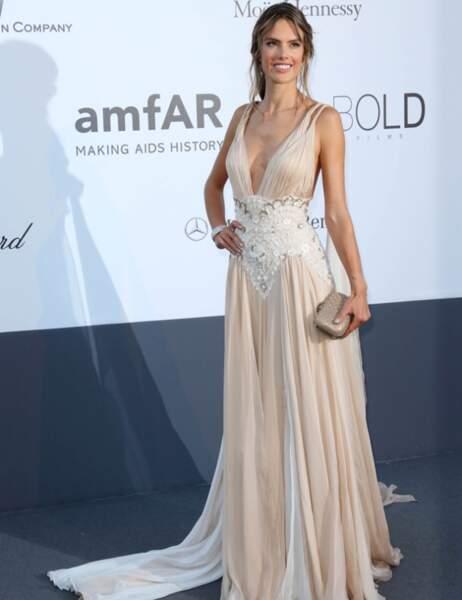 Palme du décolleté tellement plongeant qu'on aperçoit l'étiquette de la culotte : Alessandra Ambrosio