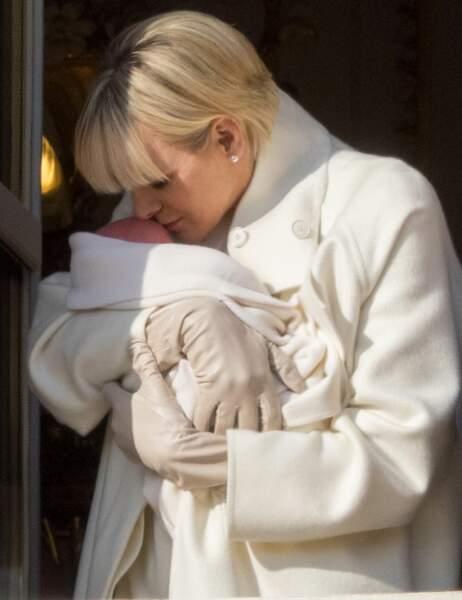 Charlène ne peut se retenir de déposer un tendre baiser sur la tête de son poupon