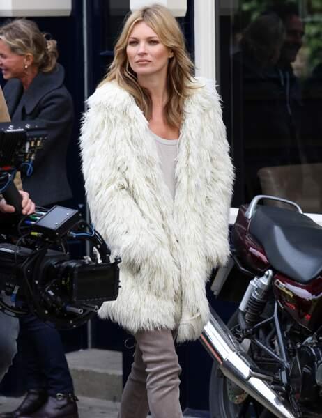 Complexée Kate ? Elle n'a toujours pas ouvert les pans de son manteau !