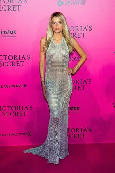 Défilé Victoria's Secret : Lily Donaldson très sexy en robe transparente Balmain