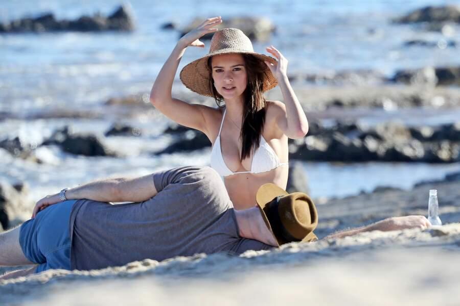 Terrassé par la beauté de sa douce Emily, Jeff Magid tombe raide amoureux sur le sable