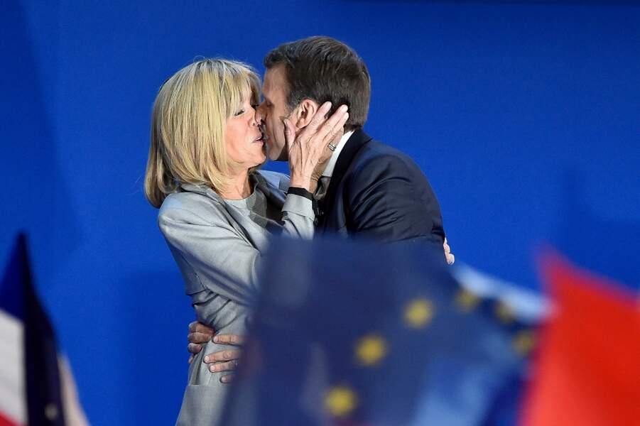 Emmanuel et Brigitte Macron ne cachent pas leur amour en public