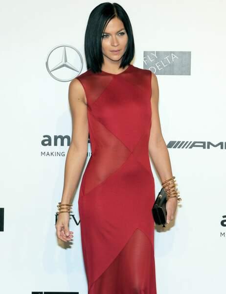 Leigh Lezark sublime dans une longue robe rouge