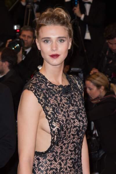 Cannes 2016: Gaia Weiss ultra sexy en Azzedine Alaïa pour la montée du film Hands of Stone