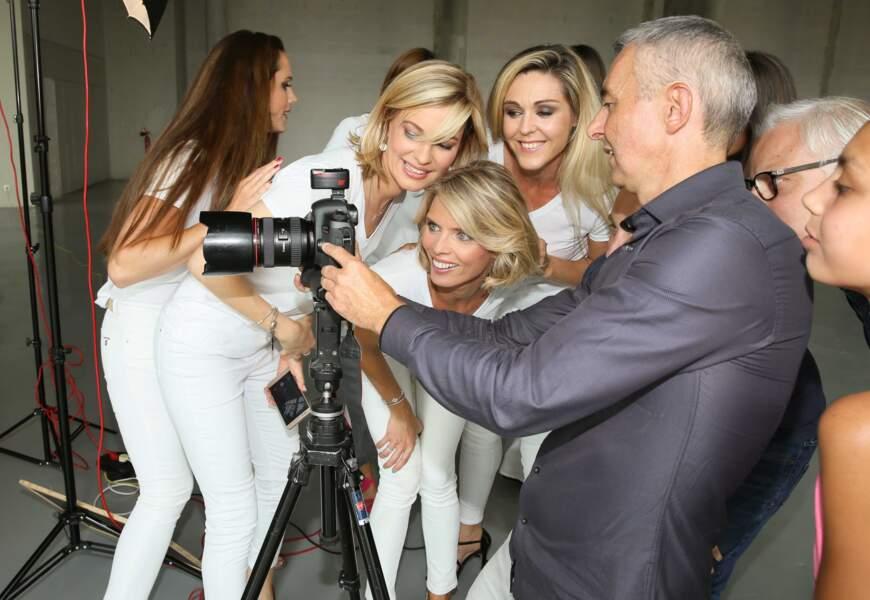 Sylvie Tellier, aujourd'hui directrice générale de la Société Miss France, vérifie les photos en grande pro