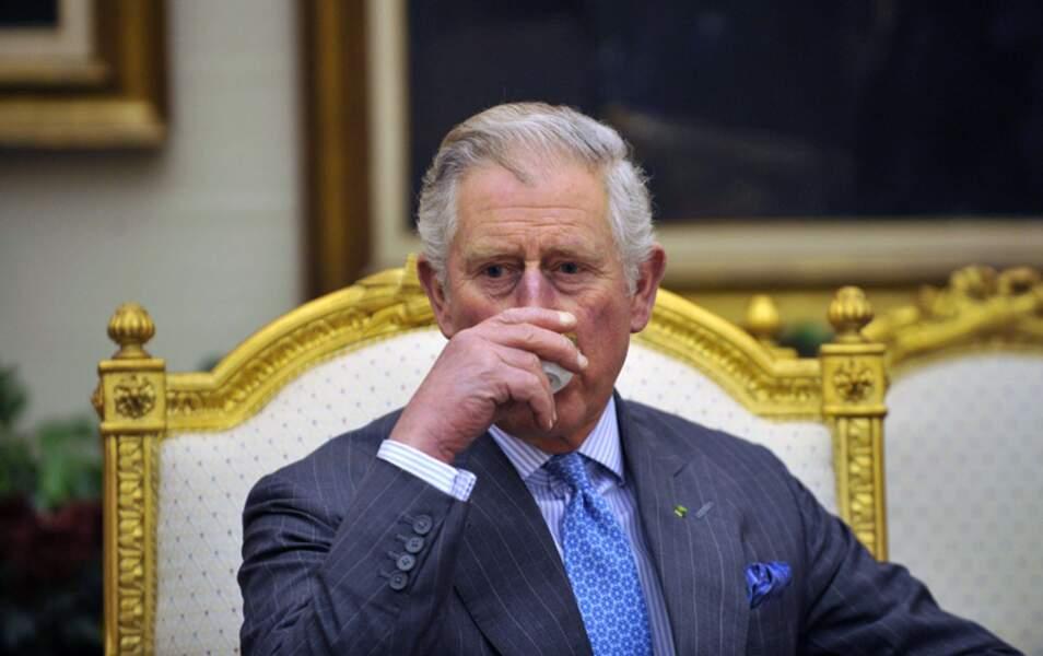 Le prince Charles boit un café