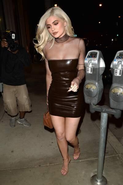 """Kylie Jenner dans une robe très """"marronte"""""""