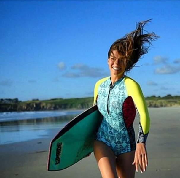Laury Thilleman court sur la plage
